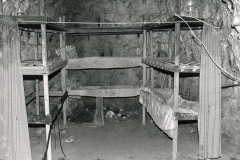 M5-0102_Chislehurst_caves_reconstruction_of_wartime_bunks