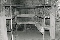 M5-0102_Chislehurst_caves_reconstruction_of_wartime_bunks
